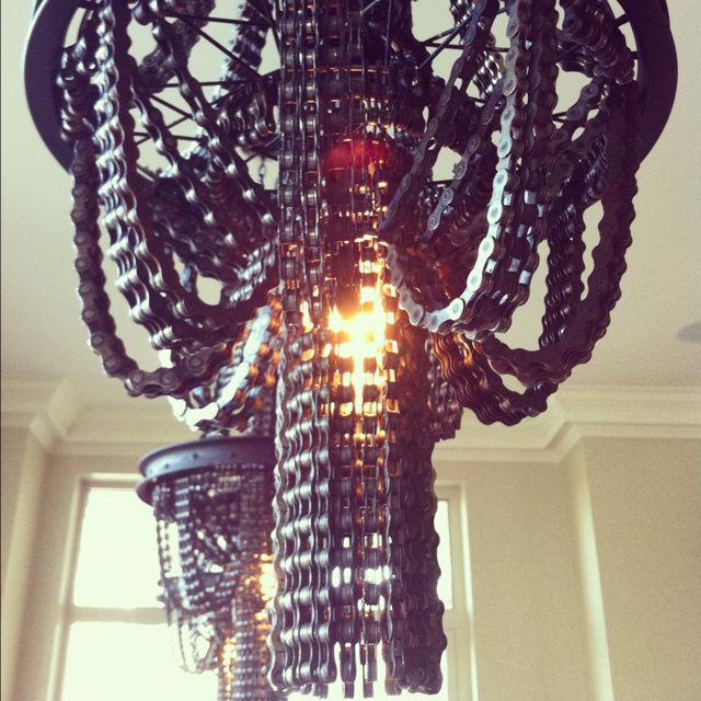 lampadari realizzati con elementi riciclati delle biciclette, di Carolina Fontoura Alzaga