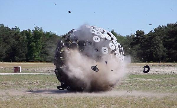 Mine Kafon, la palla riciclata ed ecosostenibile che disinnesca le mine anti-uomo
