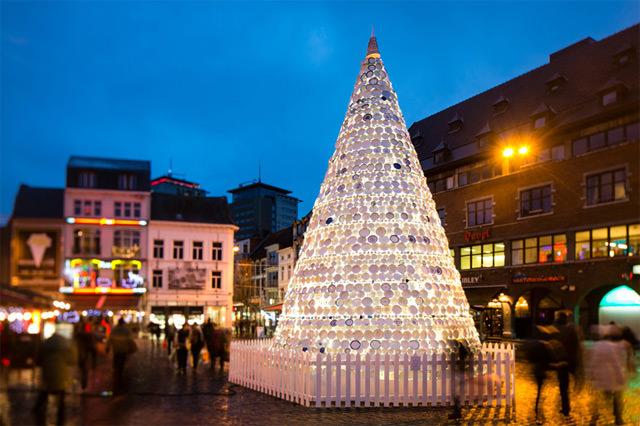 Belgio, 5000 stoviglie di porcellana per un albero di Natale da record