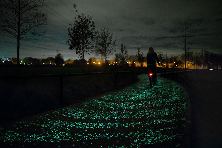 """Pedalando in una """"Notte Stellata"""": in Olanda la pista ciclabile si ispira a Van Gogh Daan Roosegaarde"""