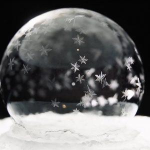 Video spettacolare: come ghiaccia una bolla di sapone