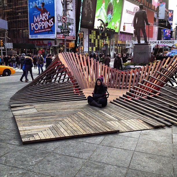 New York, le macerie dell'uragano Sandy riciclate in un grande cuore di legno